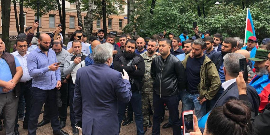 """18-летний азербайджанец напал на полицейского у ресторана """"Армения"""" в Москве"""
