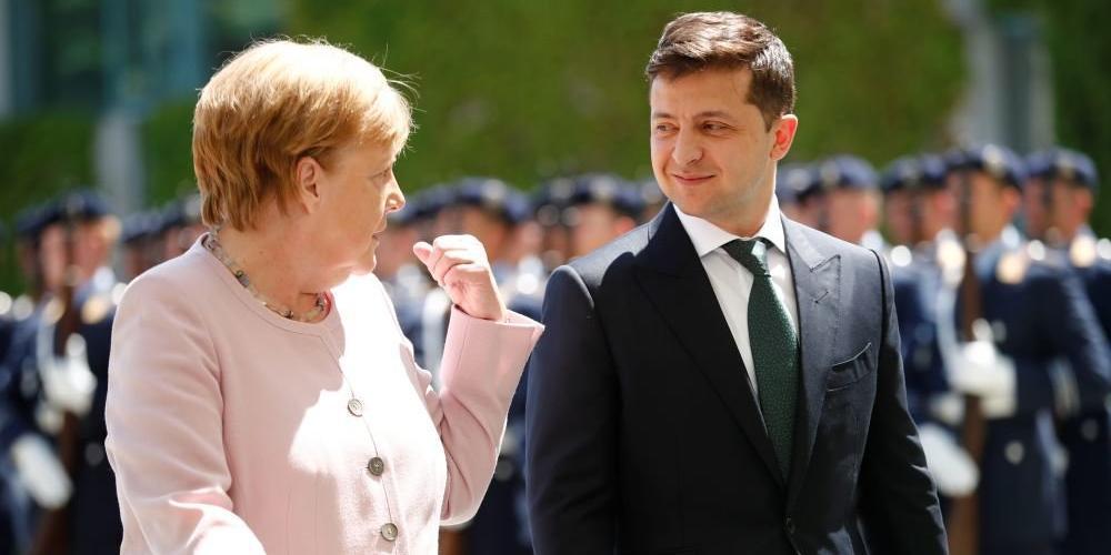Зеленский вручил Меркель орден за остановку вторжения России