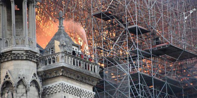 В РПЦ предложили французам покаяться после пожара в Нотр-Дам-де-Пари