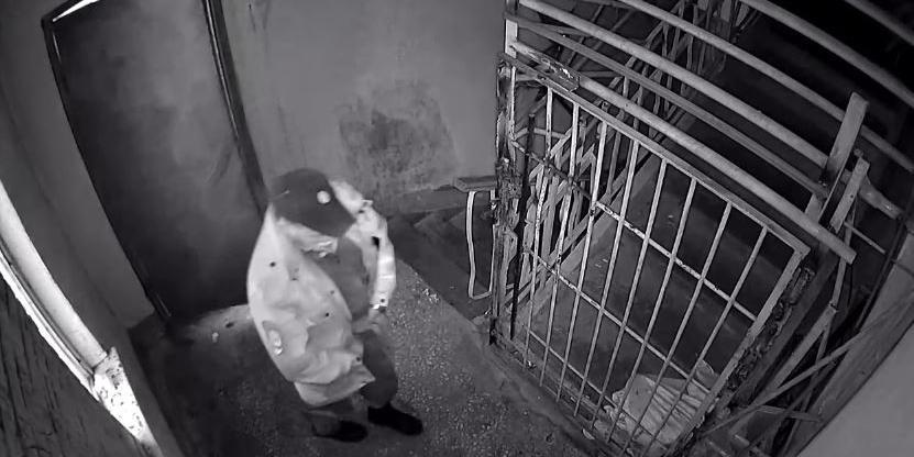 В Красноярске полицейский помочился в подъезде под камерой