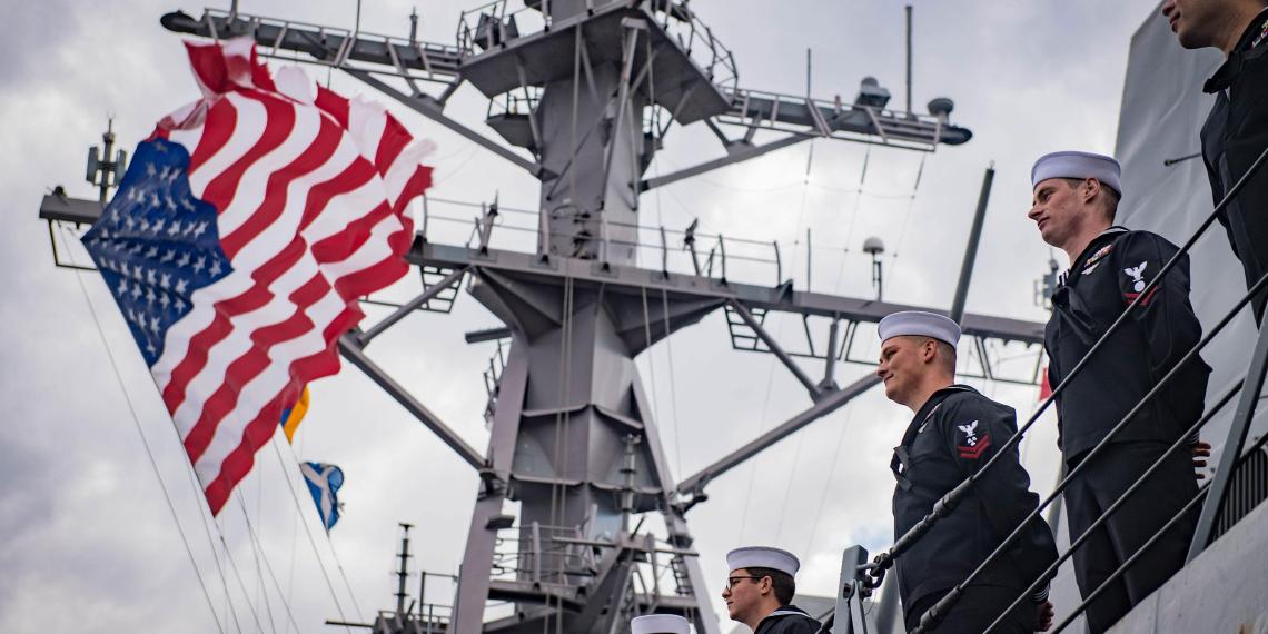 В США к годовщине военного флота опубликовали открытку с российским крейсером