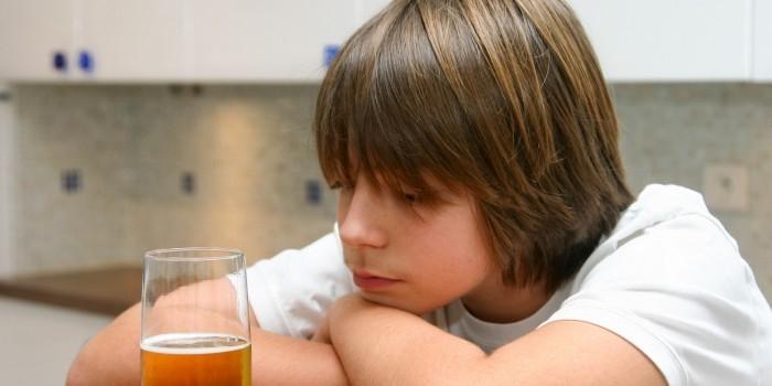 Ученые: нездоровое питание и плохой сон – причина подросткового алкоголизма
