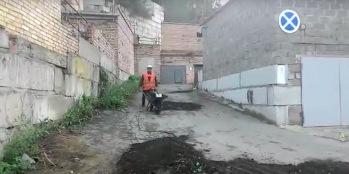 """Во Владивостоке дорожные ямы """"заасфальтировали"""" землей"""