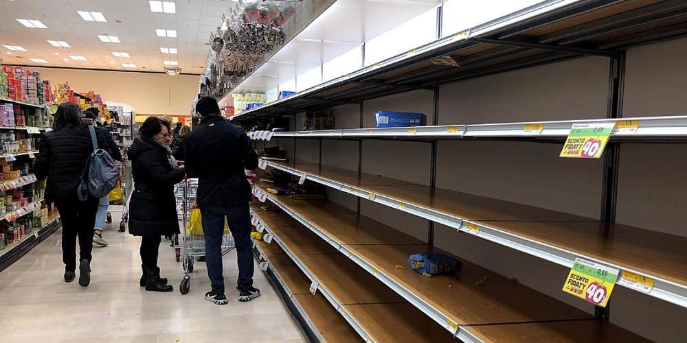 Итальянцы опустошили полки магазинов на фоне вспышки коронавируса