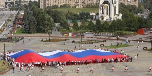 На Поклонной горе развернули 1000-метровый флаг России