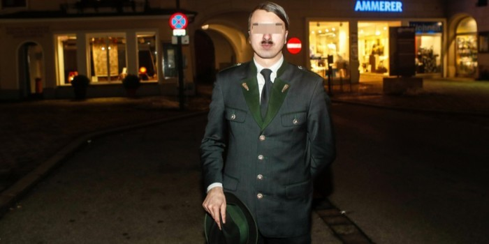 В родном городе Гитлера арестовали его молодого двойника