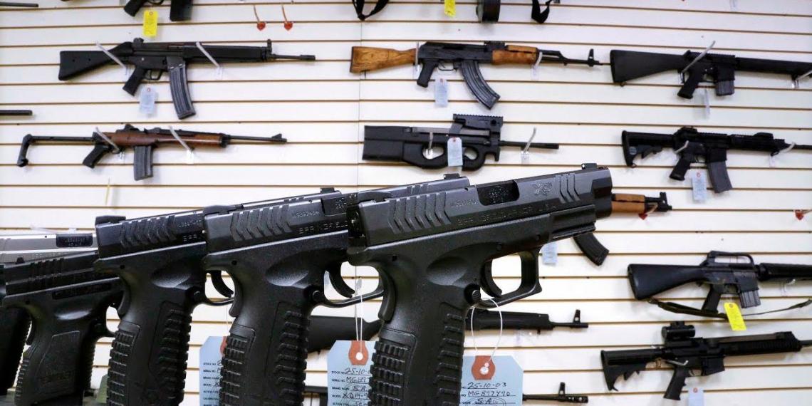 Американцы скупают оружие и наборы для выживания, опасаясь вируса