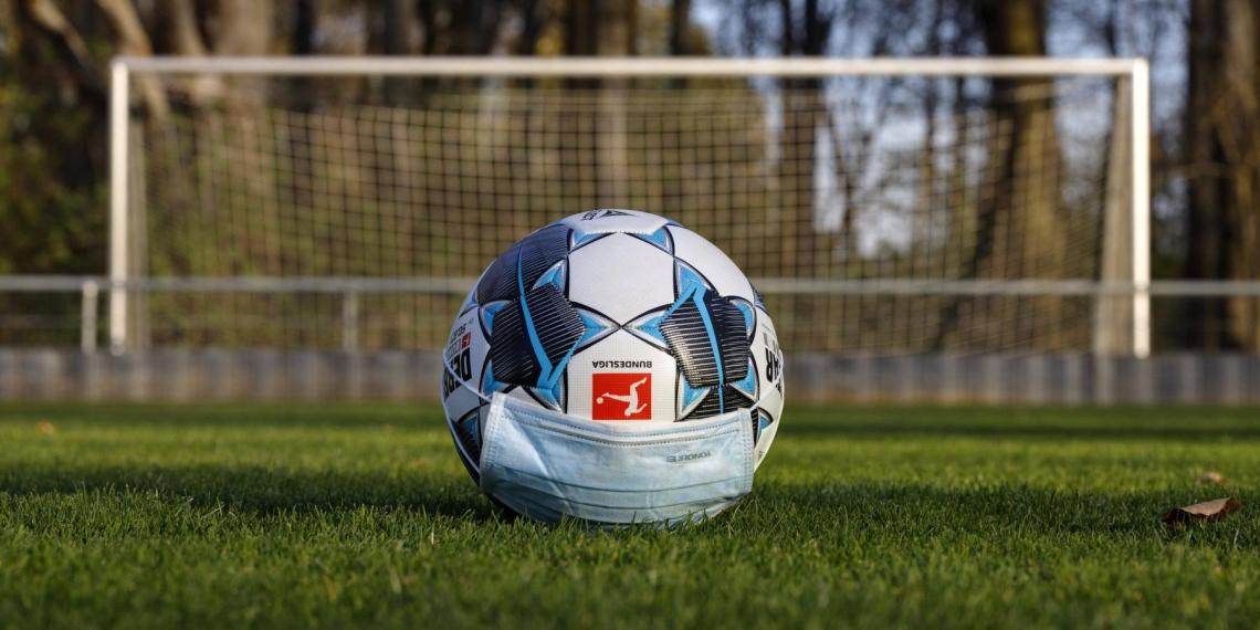 Немецкие футболисты решили соблюдать дистанцию на поле и пропустили 37 голов