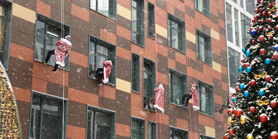 """Волонтеры Корпуса спасателей провели акцию """"Новогодний десант"""""""