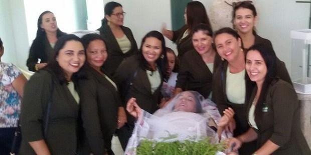 Бразильянка исполнила мечту своей жизни, устроив себе похороны при жизни