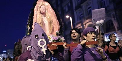 Испанские феминистки, заменившие Деву Марию гигантской вагиной, попали под суд