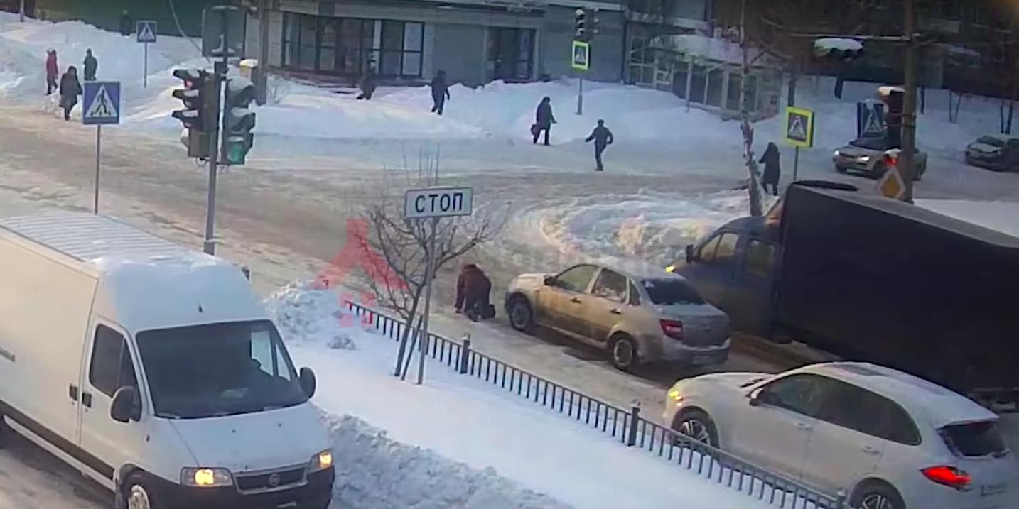 В Ярославле водитель намеренно сбил женщину, которая поскользнулась на переходе