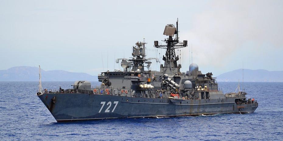 С американского авианосца сняли следящий за ним российский фрегат