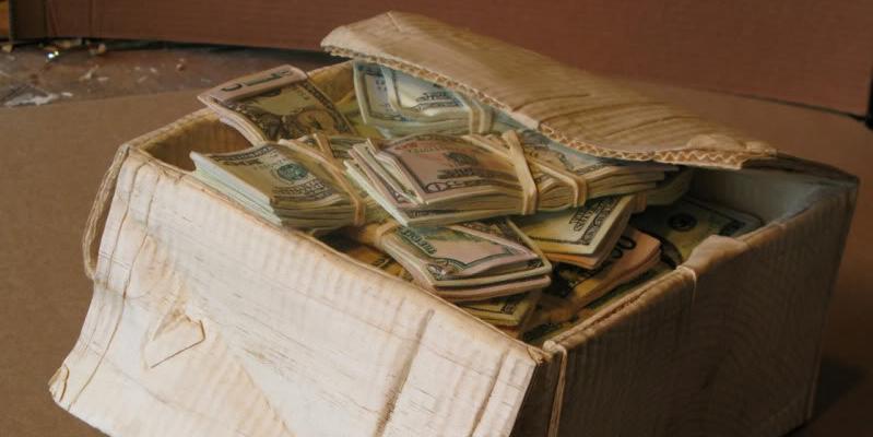Пенсионерку ограбили почти на 2 миллиона, которые она постоянно возила с собой в картонной коробке