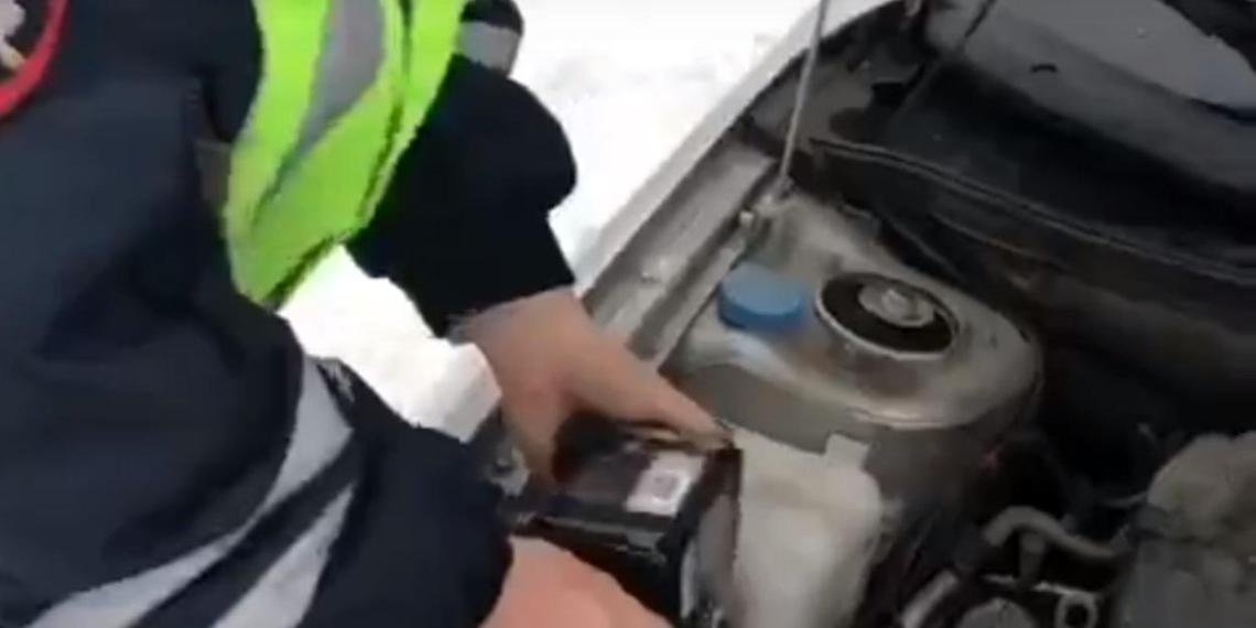 "В Новосибирске уволили заливавшего виски вместо ""незамерзайки"" инспектора ДПС"