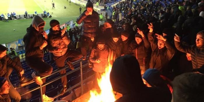 Украинские фанаты сожгли флаг Сербии во время футбольного матча