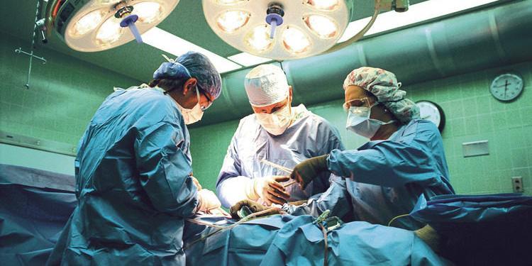 Охранник притворился хирургом и прооперировал 80-летнюю женщину, она скончалась