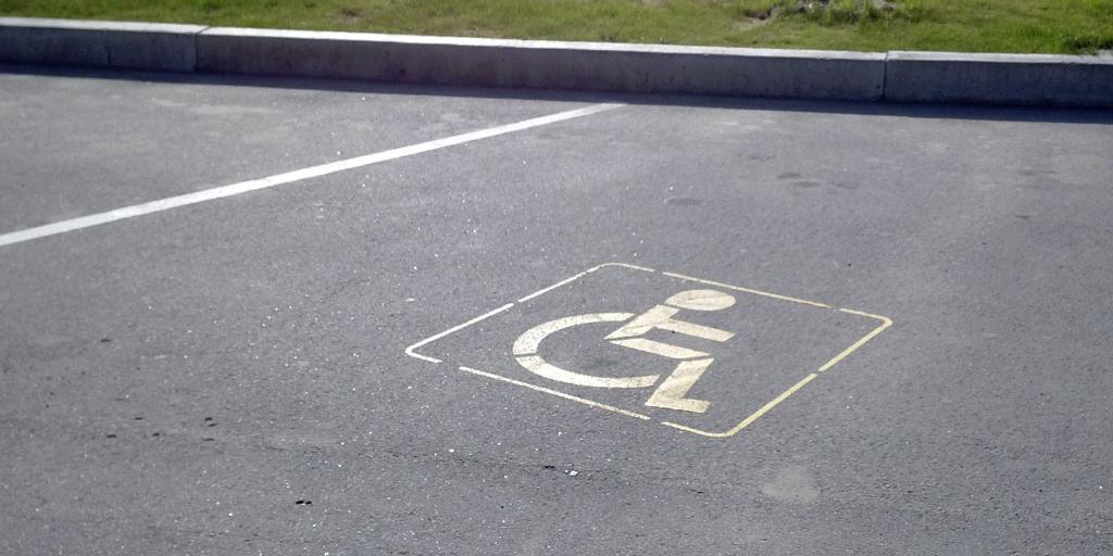 Минтруд предложил лишить бесплатной парковки часть инвалидов III группы