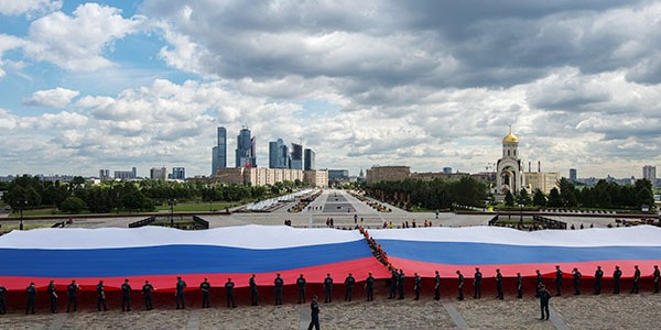 На Поклонной горе развернули самый большой флаг России
