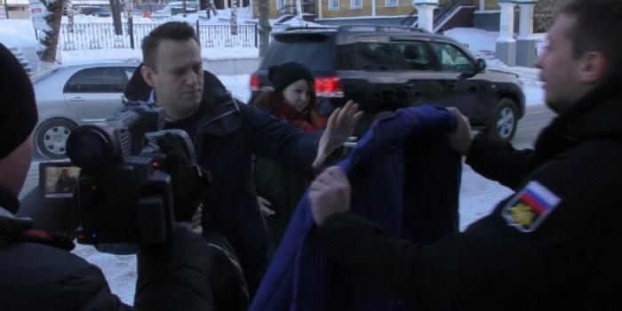 """Активисты """"Антимайдана"""" вручили Навальному ватник с надписью """"Леша вор"""""""