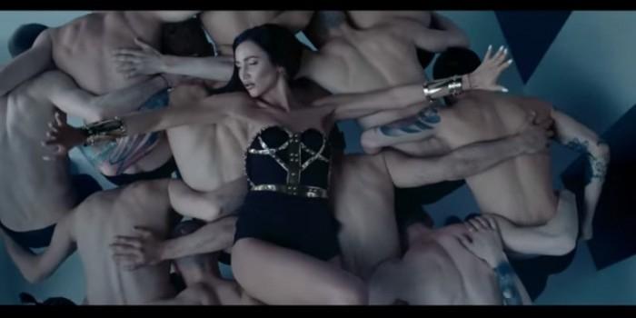 """Бузова выпустила эротический клип """"Мало половин"""" с десятками полуголых мужчин"""