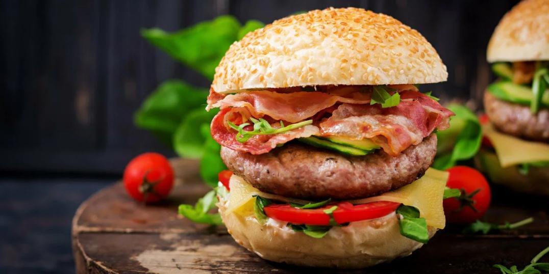 """Женщина нашла в """"великолепном гамбургере"""" палец. Его лишился сотрудник кафе"""