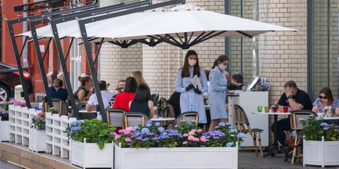 Московские власти разрешили посещать летние веранды и кафе без QR-кода