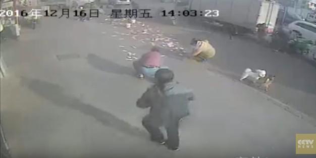 Прохожие помогли китайцу собрать разлетевшиеся по улице $3,5 тысячи