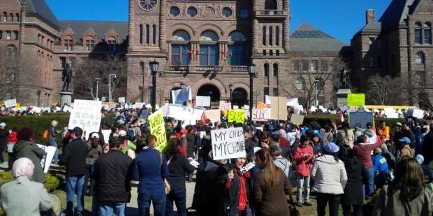 Жители Торонто митингуют против программы сексуального воспитания