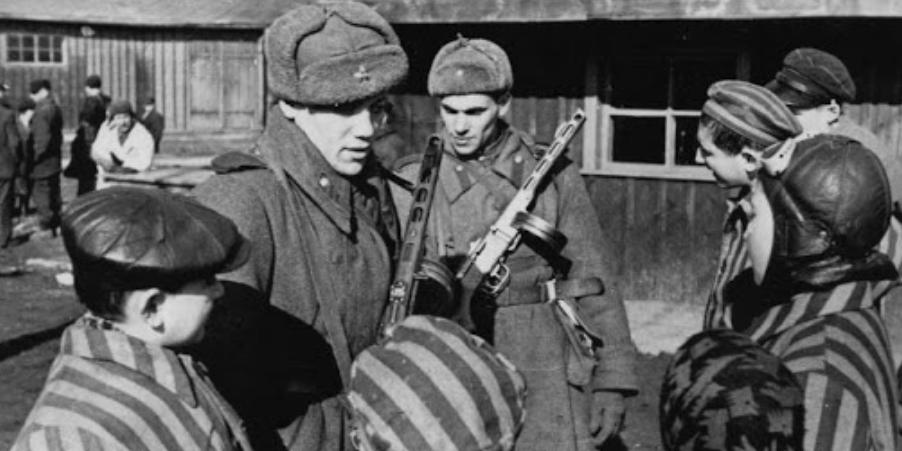 Сестра знаменитой жертвы холокоста назвала фальшивкой советские фото освобождения Аушвица