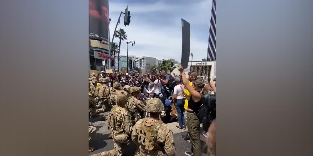 Мобилизованные Трампом нацгвардейцы встали на колени перед протестующими