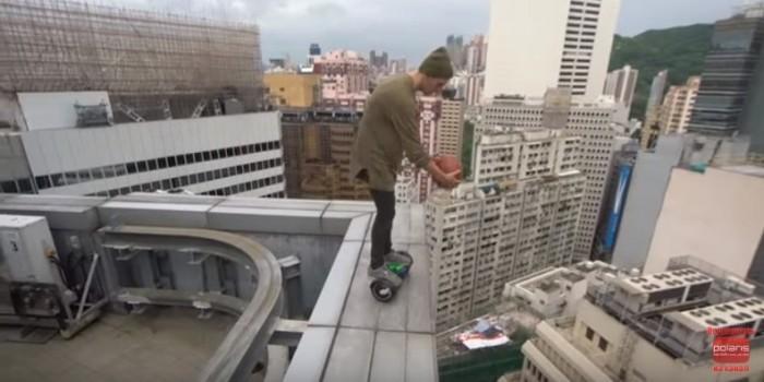 Россиянин прокатился на гироскутере по краю небоскреба в Гонконге