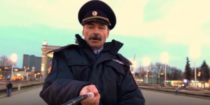 Видео с поющими конными полицейскими стало хитом сети