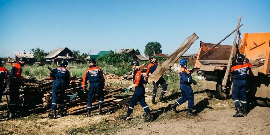 Добровольцы ВСКС помогают жителям в регионах, пострадавших от стихии
