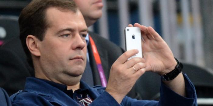 Медведев поручил заняться внедрением блокчейна в российскую экономику