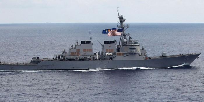 В результате столкновения эсминца США с танкером пропали 10 моряков