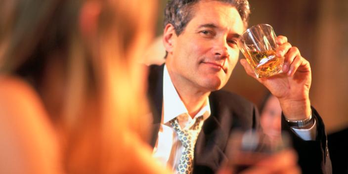 Женщинам с некрасивым лицом поможет мужское пьянство - ученые