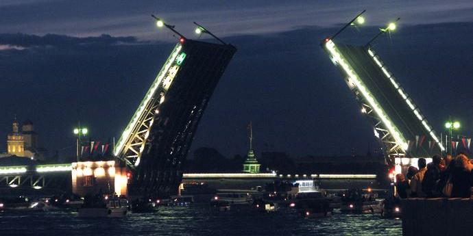 В Санкт-Петербурге байкер перепрыгнул разводящийся Дворцовый мост