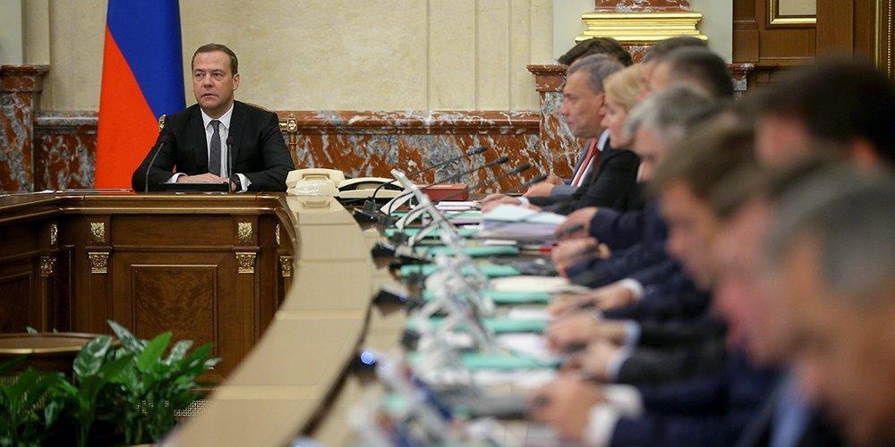 Кабмин Медведева не успел потратить триллион рублей