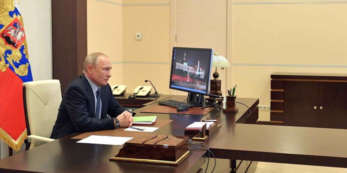 """Путин поддержал идею волонтеров выйти 9 мая на балкон и спеть """"День Победы"""""""