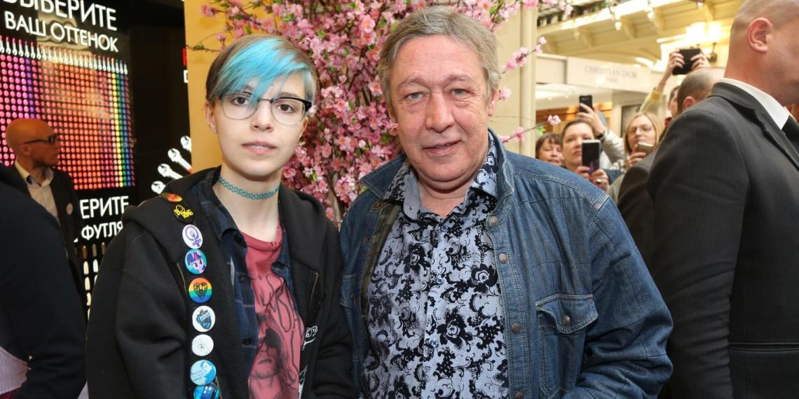 Дочь Ефремова рассекретила свою возлюбленную, к которой уехала протестовать в Минск с ЛГБТ-флагом