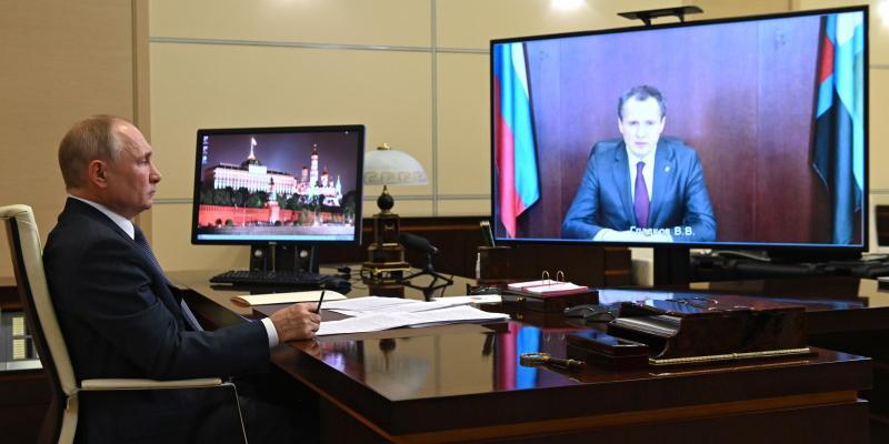 Путин положительно оценил работу Гладкова на должности врио главы Белгородской области