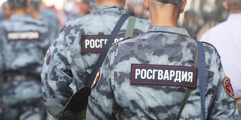 """""""Вы че так насвинячили?"""": москвич отчитал росгвардейцев за кучу мусора на детской площадке"""