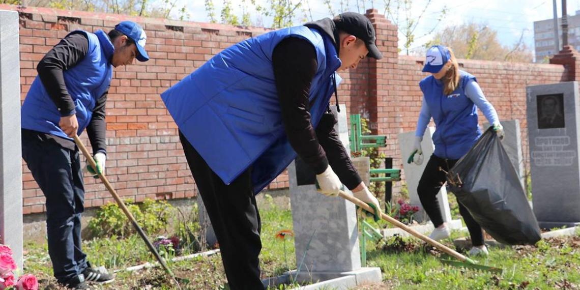 """Волонтеры """"Единой России"""" приводят в порядок воинские захоронения и мемориалы в регионах"""