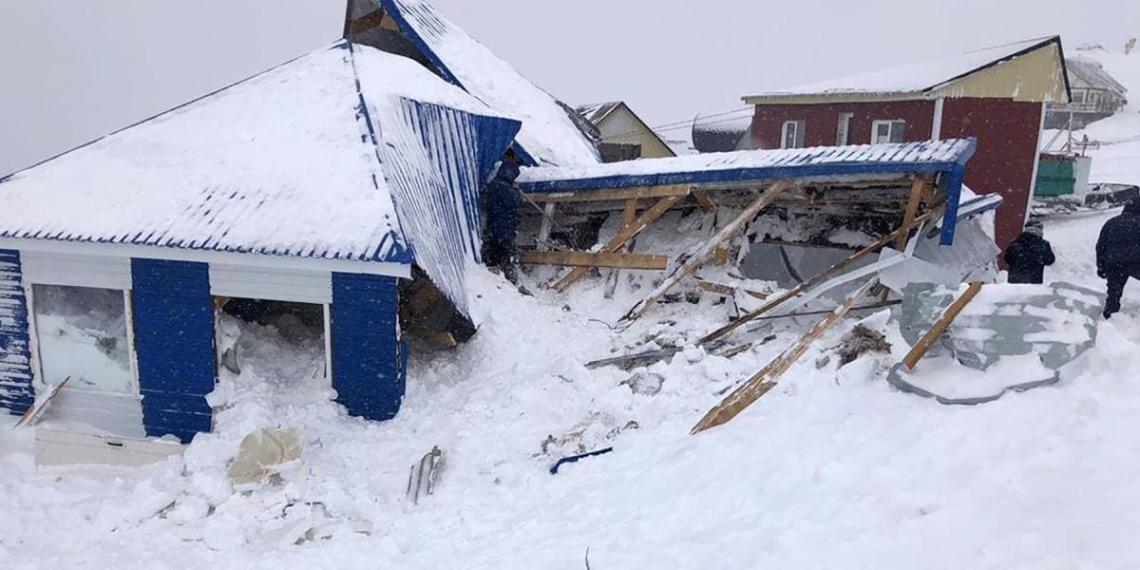 Очевидцы сняли момент начала схода лавины на Домбае