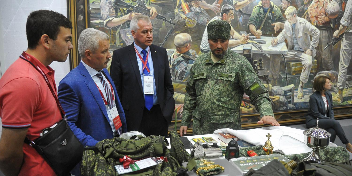 """В РПЦ объяснили появление камуфляжных ряс на форуме """"Армия-2020"""""""
