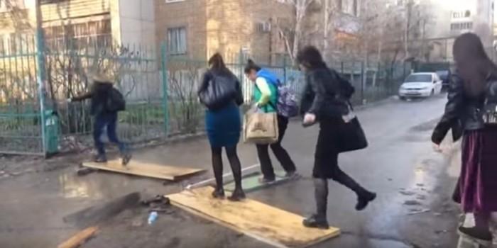 Форт Боярд: саратовским пешеходам приходится прыгать по доскам через кипяток