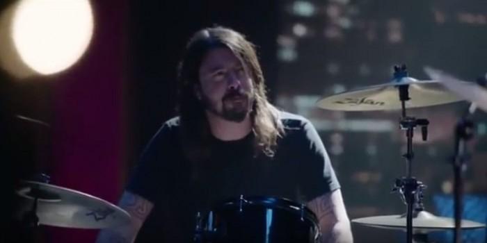 Дэйв Гроул устроил дуэль на барабанах с куклой из «Маппет-шоу»