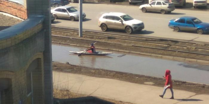 Видео дня: омич устроил заплыв на байдарке в огромной луже