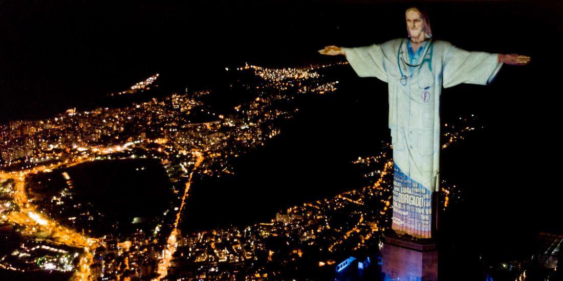 В Бразилии выразили благодарность всем врачам, одев Иисуса Христа в медицинский халат